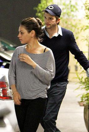 Η Μίλα φέρεται να λέει στον αγαπημένο της να  τελείωνει  με την πρώην για να δουν τι θα κάνουν και εκείνοι με τη ζωή τους, αλλά ο Άστον δεν φαίνεται διατεθειμένος να βάλει το χέρι στην τσέπη οπότε περ