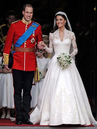 Ο Γουίλιαμ και η Κάθριν βγαίνουν από την εκκλησία ευτυχισμένοι και... σύζυγοι.
