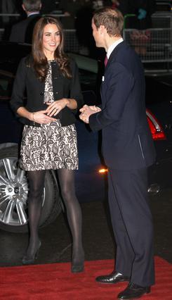 Δεν φαίνεται να ενοχλεί τον πρίγκιπα Γουίλιαμ το μάκρος της φούστας της καλής του. Αντίθετα, μάλλον καμαρώνει!