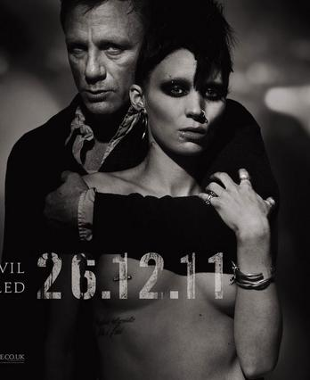 Η Ρούνεϊ Μάρα με τον Ντάνιελ Κρεγκ στην αφίσα της ταινίας  Το κορίτσι με το τατουάζ  στην οποία συμπρωταγωνιστούν. Το εν λόγω τατουάζ είναι απόλυτα εμφανές.
