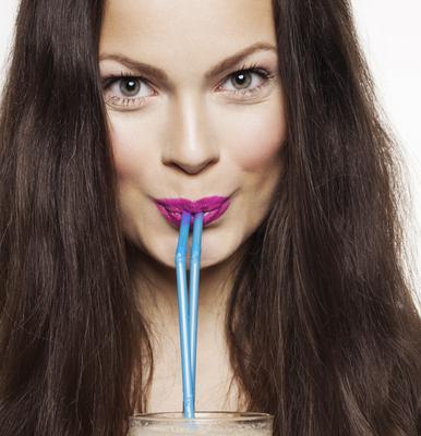<b>Το καλαμάκι σου: </b>ναι λατρεύεις να πίνεις τον χυμό ή ακόμη και το νερό με το καλαμάκι σου αλλά σκέφτηκες ποτέ πως αυτός είναι ο λόγος που βλέπεις τις ρυτίδες του προσώπου σου να αυξάνονται; Ειδι