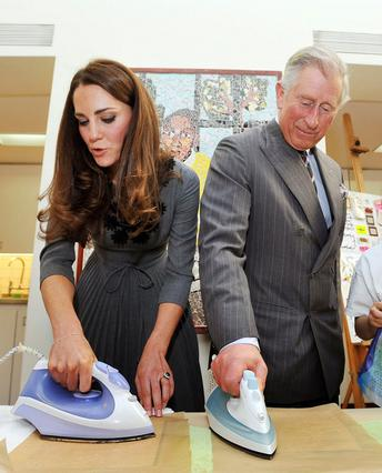 Πριγκιπικά μαθήματα σιδερώματος από την Κέιτ και τον πεθερούλη της, Κάρολο!