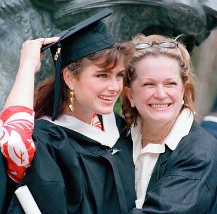 Η Τέρι Σιλντς κατακρίθηκε παράφορα από τον τρόπο με τον οποίο προώθησε την καριέρα της κόρης της -ειδικά τα πρώτα, άγουρα χρόνια της.