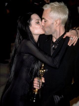 Το φιλί στο στόμα που είχε δώσει η Αντζελίνα στον αδελφό της όταν πήρε το Όσκαρ το 2000 άφησε εποχή. Οι  άγριες  εκείνες μέρες ανήκουν πια στο παρελθόν, όμως η σχέση των δύο αδελφών παραμένει στενή.