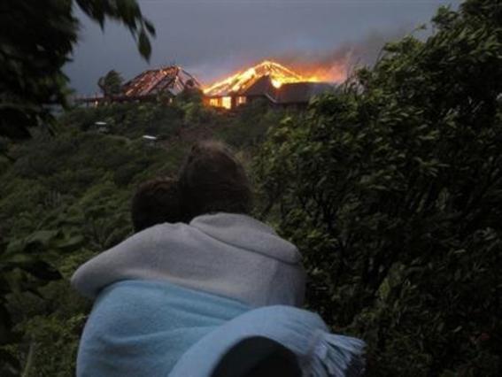 Δύο άτομα παρακολουθούν την εξέλιξη της πυρκαγιάς στην έπαυλη του Μπράνσον.