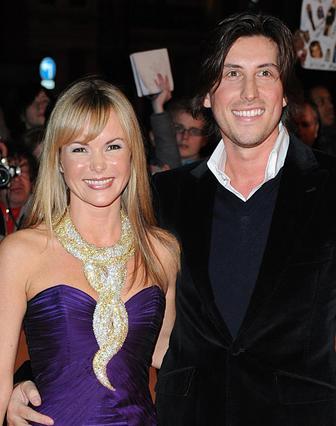 Πάντα στο πλευρό της συζύγου του ο μουσικός παραγωγός Κρις Χιουζ.