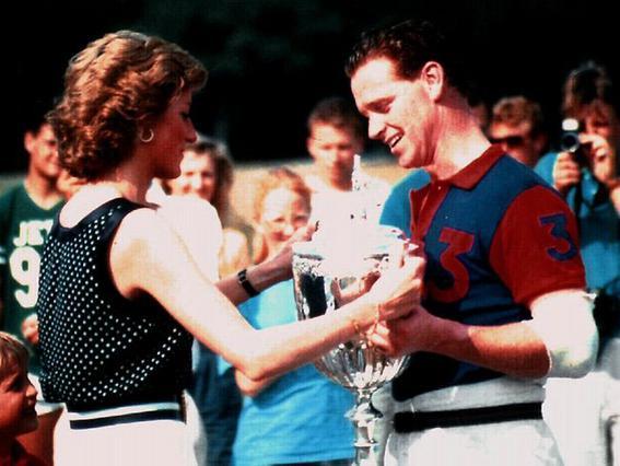 Η σχέση της Νταϊάνα με τον λοχαγό και δάσκαλο ιππασίας, Τζέιμς Χιούιτ -την οποία επιβεβαίωσε και η ίδια, ξεκίνησε το 1987 και κράτησε 5 χρόνια.