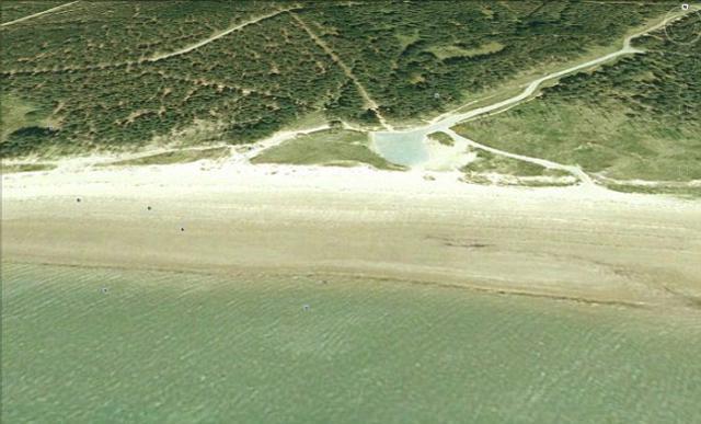 Η παραλία Νιούμπορο, μόλις λίγα χιλιόμετρα μακριά από το σπίτι των πριγκίπων διεκδικείται -καιεπίσημα- από τους γυμνιστές.