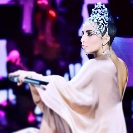Η Lady Gaga φοράει Σήλια Κριθαριώτη