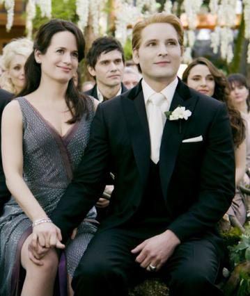 Ο γιατρός  Καρλάιλ Κάλεν  του Πίτερ Φασινέλι το  Twilight  παρακολουθεί περήφανος τον γάμου του γιου του  Έντουαρτ  με την  Μπέλα  δίπλα στην κινηματογραφική του σύζυγο,  Έσμι .