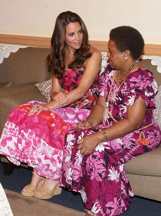 Η Κέιτ μιλά με τη σύζυγο του κυβερνήτη των νησιών του Σολομώντα φορώντας όμως -κατά λάθος- την παραδοσιακή φορεσιά των νησιών Κουκ που βρίσκονται χιλιάδες μίλια μακριά.