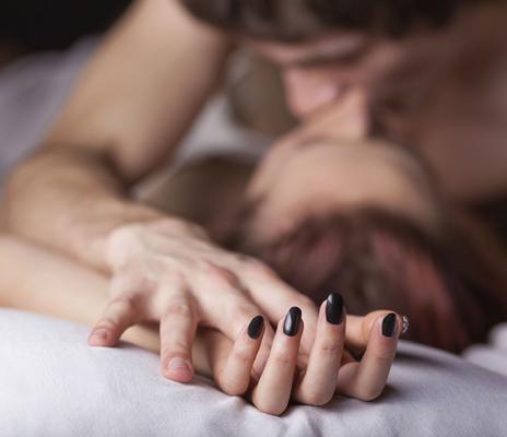 Ανάμεσα στις δεκάδες <b>παρανοήσεις για την ερωτική πράξη που έχει δημιουργήσει η πορνό-παραφιλολογία</b> και ο αδιάκοπος βομβαρδισμός που δεχόμαστε καθημερινά με ποικίλα μηνύματα σεξουαλικού περιεχομ