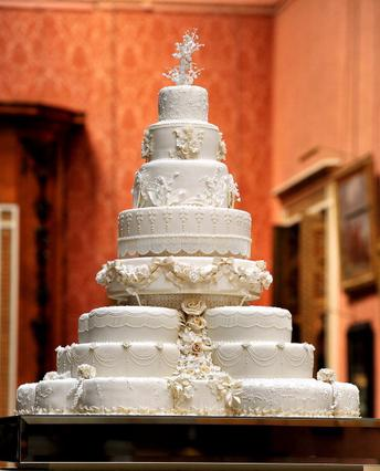 Η οκταώροφη τούρτα σε πλήρη ανάπτυξη.