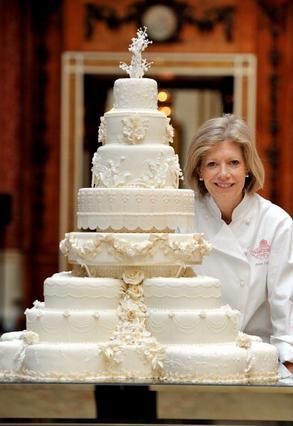 Η δημιουργός της τούρτας, Φιόνα Κερνς ποζάρει δίπλα στο έργο της.