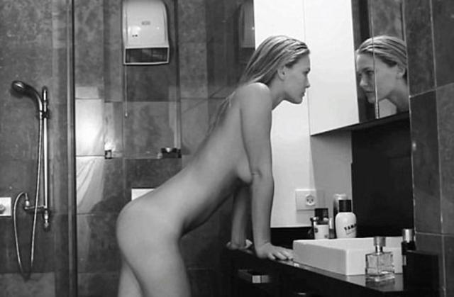 Άλλο πάλι και τούτο. Διαφημίζει εσώρουχα γυμνή η Μπαρ Ραφαέλι