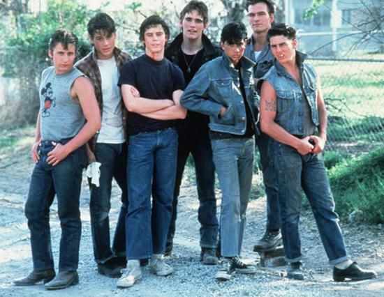 Οι θρυλικοί  Επαναστάτες χωρίς αύριο  ( The outsiders ) του 1983: Εμίλιο Εστεβέζ, Ρομπ Λόου, Τόμας Χάουελ, Ματ Ντίλον, Ραλφ Μάτσιο, Πάτρικ Σουέιζι και Τομ Κρουζ.
