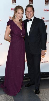 Η Ούμα Θέρμαν και ο Αρπάντ Μπουσόν ποζάρουν χαμογελαστοί στον φακό τον Σεπτέμβριο του 2012, δύο μήνες μετά τη γέννηση της κορούλας τους.
