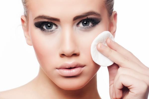 <b>Το ντεμακιγιάζ και τα μάτια σου:</b> επειδή για να έχεις λαμπερό δέρμα δεν αρκεί μόνο να το ενυδατώνεις και να το φροντίζεις σωστά, καλά θα κάνεις να μην ξεχνάς να ξεβάφεσαι πριν πέσεις για ύπνο. Μ