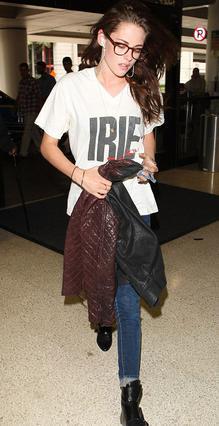 Φορώντας ναρθικάκι στο δάχτυλο και το T-Shirt του πρώην αγαπημένου της εμφανίστηκε στο αεροδρόμιο η Κρίστεν Στιούαρτ.