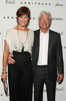 Ο Ρίτσαρντ Γκιρ είναι παντρεμένος με τη Κάρεϊ Λόουελ, η οποία υπήρξε και κορίτσι του Τζέιμς Μποντ, από το 2002.