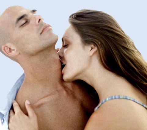Ξαφνικά φιλάκια στο λαιμό, στο αυτί και πιο χαμηλά, θα τον ξεσηκώσουν!