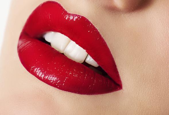 Το έχεις ψάξεις, έχεις ρωτήσεις φίλες, συγγενείς αισθητικούς και μη. Ποιο είναι το τέλειο κόκκινο κραγιόν για εσένα; Η αλήθεια είναι πως αυτές τις μέρες ψάχνεις να βρεις την τέλεια κόκκινη απόχρωση γι