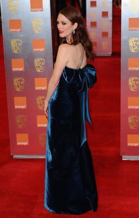 Το maxi φόρεμα από βελούδο της  Τζούλιαν Μουρ, έπεσε κομματάκι βαρύ.