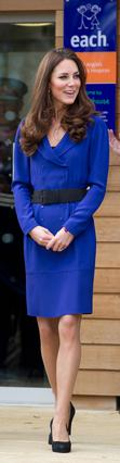 Κομψή όπως πάντα εμφανίστηκε στην εκδήλωση όπου μίλησε πρώτη φορά ως μέλος της βασιλικής οικογένειας η Κέιτ. Όμως το φόρεμα αυτό... κάτι θύμιζε!