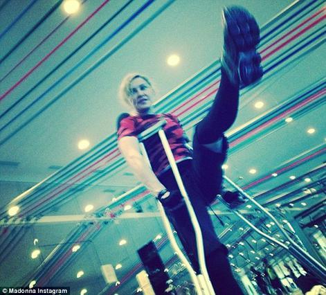 Μαντόνα: στο γυμναστήριο με... πατερίτσες