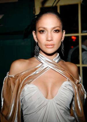 Η Τζένιφερ Λόπεζ λέει ναι στη μπλούζα με τη βελούδινη λεπτομέρεια και κάνει fashion statement!