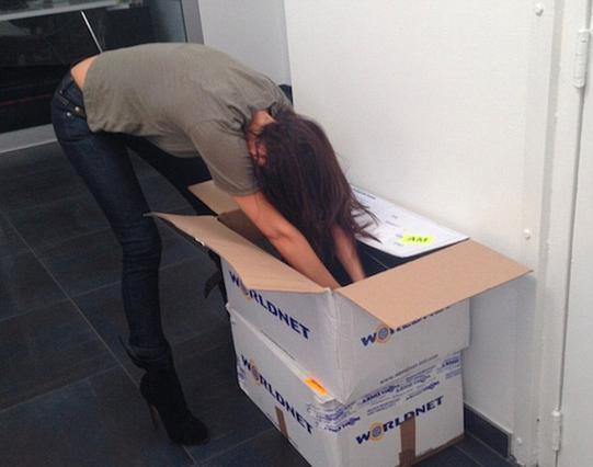 Η Βικτόρια Μπέκαμ καταρρέει μέσα στα χαρτόκουτα