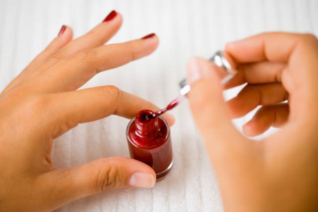 Στράγγισε προσεκτικά το χρώμα στο χείλος του μπουκαλιού πριν το απλώσεις.