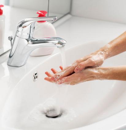 Τα χέρια συγκεντρώνουν τα περισσότερα  μικρόβια και χωρίς να φτάσουμε  σε υπερβολές πρέπει να τα  έχουμε πάντα καθαρά.