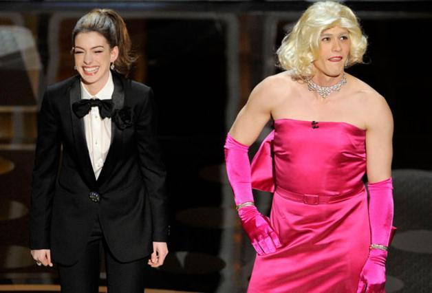 Ο Τζέιμς Φράνκο παρουσίασε τα φετινά Όσκαρ μαζί με την Αν Χάθαγουεϊ. Εδώ σε χαρακτηριστική σκηνή της τελετής όπου οι δυο τους έκαναν μια σχετική  ανταλλαγή ρόλων .