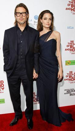 Ο Μπραντ Πιτ πάντα στο πλευρό της Αντζελίνα Τζολί. Εδώ, το διάσημο ζεύγος στην πρεμιέρα του σκηνοθετικού ντεμπούτου της Τζολί στο Λος Άντζελες.