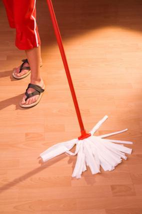 Μην στρώσεις τα χαλιά αμέσως μετά το σφουγγάρισμα. Πρέπει  να έχει στεγνώσει καλά το  πάτωμα για να το κάνεις.