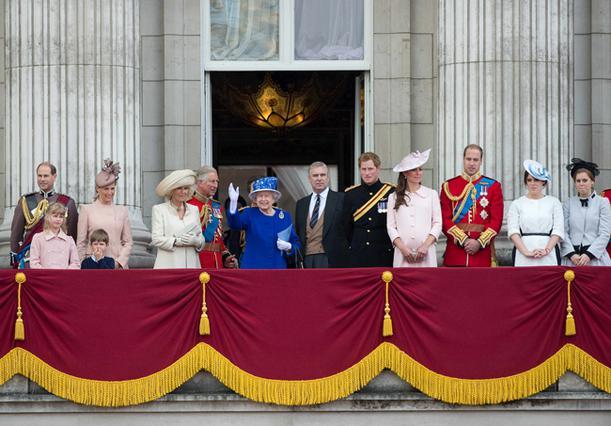 Σύσσωμη η βασιλική οικογένεια της Βρετανίας παρακολουθεί από το μπαλκόνι του παλατιού το εντυπωσιακό σόου που έκανα τα αεροσκάφη προς τιμή της βασίλισσας.