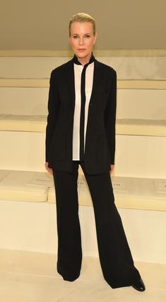 Τα τελευταία χρόνια η Κιμ Μπέισινγκερ έχει υιοθετήσει αποκλειστικά το ανδρόγυνο λουκ στο ντύσιμό της, το οποίο και υπηρετεί με τον καλύτερο τρόπο.