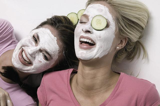 Παρέα με την κολλητή σου βάλτε τις μάσκες που φτιάξατε μόνες  σας σε ένα τέλειο σπιτικό σπα!