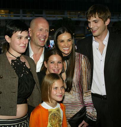 Ο Μπρους Γουίλις και η Ντέμι Μουρ διατηρούν άψογες σχέσεις και έχουν τις τρεις κόρες τους πάντα κοντά τους. Εδώ η οικογένεια με τον Άστον Κούτσερ λίγο μετά τον γάμου του με τη Μουρ.