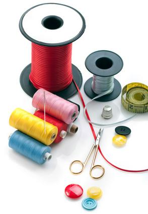 Αν έχεις πάντα στο σπίτι σου κλωστές  διαφόρων χρωμάτων, βελόνες, καρφίτσες,  κουμπιά, ψαλίδι και -γιατί όχι-  μια δαχτυλήθρα, είσαι έτοιμη για όλα!