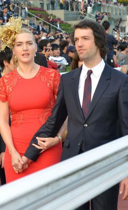 Η Κέιτ Γουίνσλετ περπατά στο κόκκινο χαλί με τον αγαπημένο της, Νεντ Ροκενρόλ. Αυτό στο κεφάλι της, τι είναι;