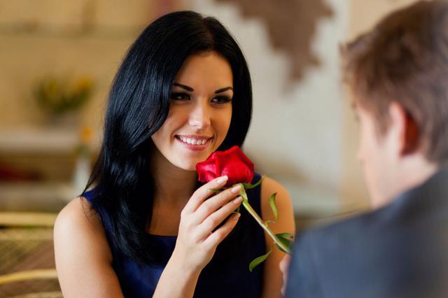 Όσα τριαντάφυλλα κι αν σου χαρίσει, δεν θα μπορέσουν ποτέ ν' ανάψουν μια σπίθα που δεν υπάρχει.