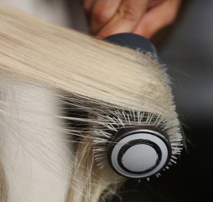 <b>Χρησιμοποιείς λάθος μέγεθος βούρτσας: </b> πολλές γυναίκες χρησιμοποιούν μια βούρτσα που είναι πολύ μικρή για τα μαλλιά τους. Η αλήθεια είναι πως αν έχεις κοντό μαλλί που φτάνει στο ύψος των ζυγωμα
