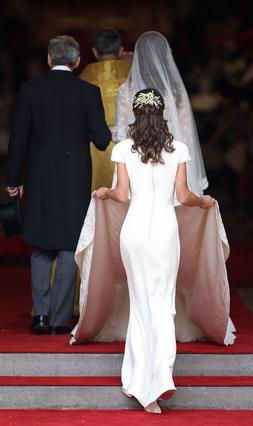 Η Πίπα κρατούσε την ουρά στο νυφικό της αδελφής της στον γάμο της με τον πρίγκιπα Γουίλιαμ αλλά τα μάτια όλων είχαν εστιάσει σε ένα κομμάτι του δικού τους σώματος. Το γιατί προκύπτει εύλογα κοιτάζοντα