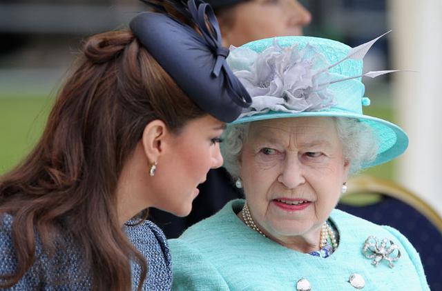 Μπορεί να της έχει αδυναμία της Κέιτ η βασίλισσα, αλλά το πρωτόκολλο είναι πρωτόκολλο!