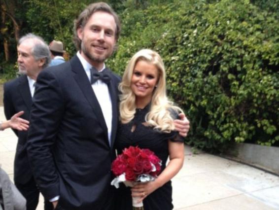 Στρίβειν δια της... εγκυμοσύνης  φαίνεται ότι επιλέγει ο Έρικ Τζόνσον αφού και τις δύο φορές που είχαν ορίσει ημερομηνία γάμου, εκείνος την  γκάστρωσε  -όπως είπε χαρακτηριστικά η Τζέσικα Σίμπσον.