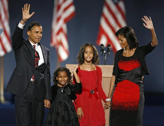 Η εμφάνιση της οικογένειας Ομπάμα την βραδιά της νίκης: το μήνυμα είναι σαφές.