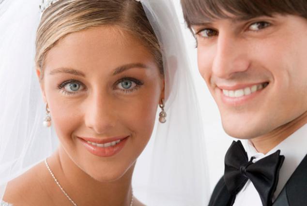 Σε δύσκολους καιρούς γιατί να τρέχεις; Παντρέψου στο σπίτι σου