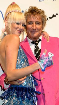 Ο Ροντ Στιούαρτ με την κόρη του, Κίμπερλι, το 2004. Σήμερα η νεαρά είναι έγκυος και μαζί με τον καλό της, ηθοποιό Μπενίσιο ντελ Τόρο ετοιμάζονται κάνουν τον γερόλυκο της ροκ, παππού.
